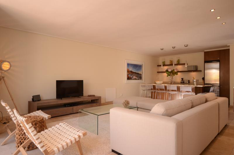 Living area with satellite HDTV and seating for 6