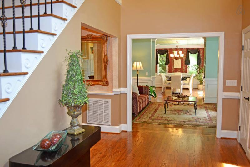 5,000+SF - Double entrance, 2 story foyer, LR/DR w wet bar, New condition! Very Clean! PRIVATE!!