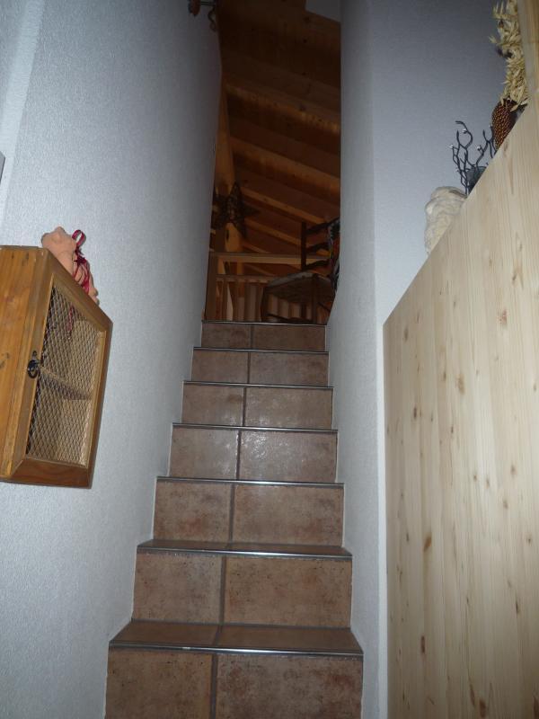 Treppe von Korridor auf Galerie (Kindersicherung vorhanden!)
