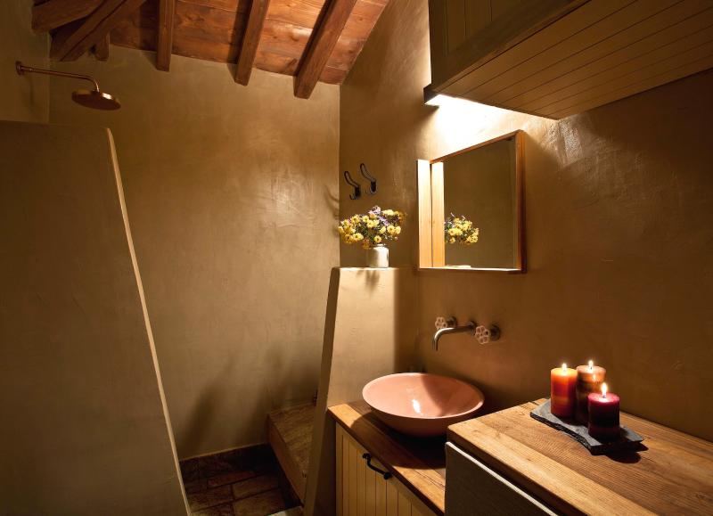 The bathroom is spacious with simplicity on the details with the use of earthy materials