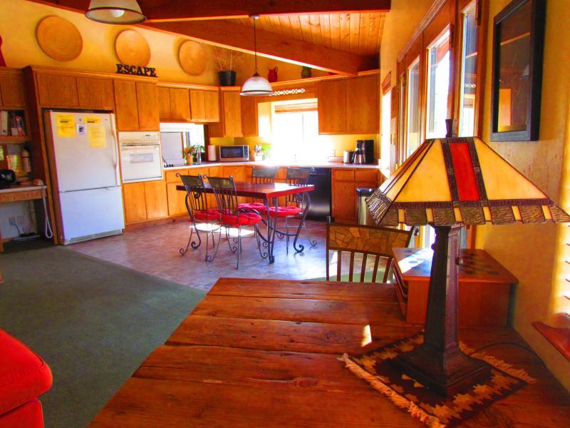 Cocina de diseño abierto con ventanas con vistas a la propiedad aislada