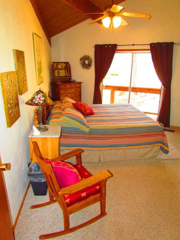 Master suite (cama king size) con baño privado y entrada hacia la bañera de hidromasaje