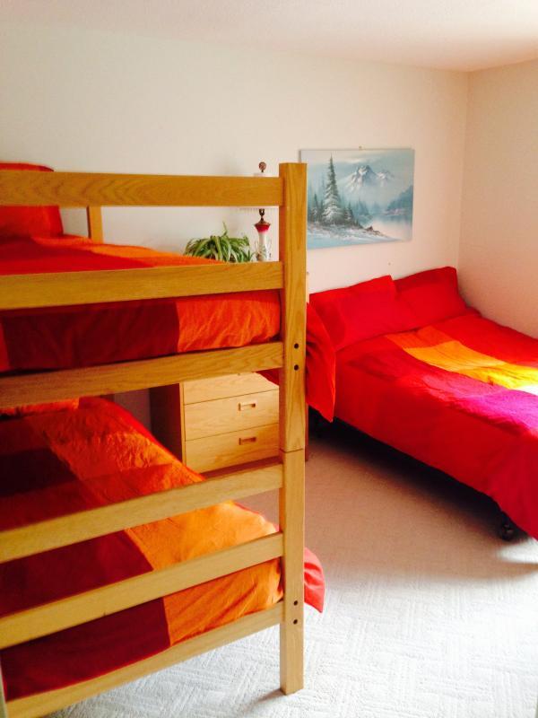 2 quartos com uma beliche e uma cama cheia.