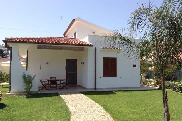 Lovely villa just 30 meters from the sea, vacation rental in Syracuse