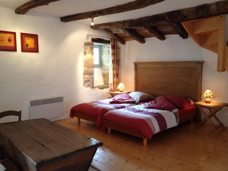 Chambre au rez-de-jardin avec 3 lits simples