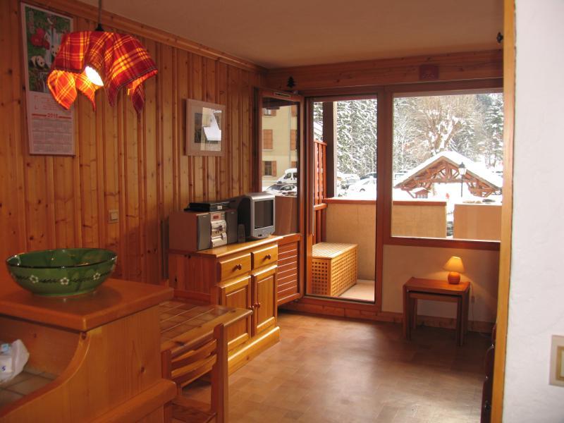 sala de estar (con equipo de música y televisión de pantalla plana) y acceso al balcón