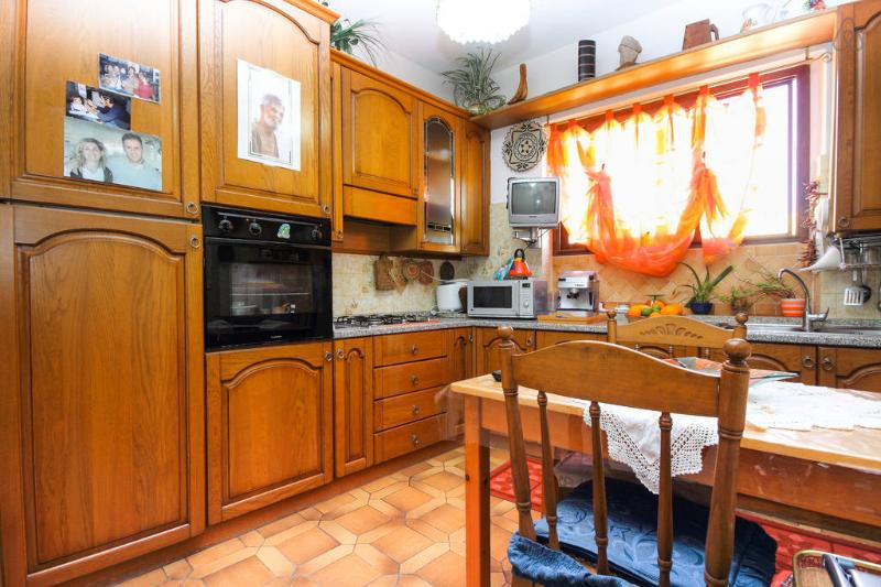 comfortable, bright and full kitchen/diningroom. The host can use but should clean up well ...