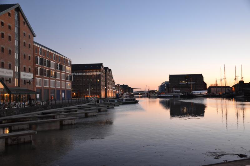 Une vue des Docks au crépuscule des deux balcons juliet et de grandes fenêtres de ce Docks Appartement