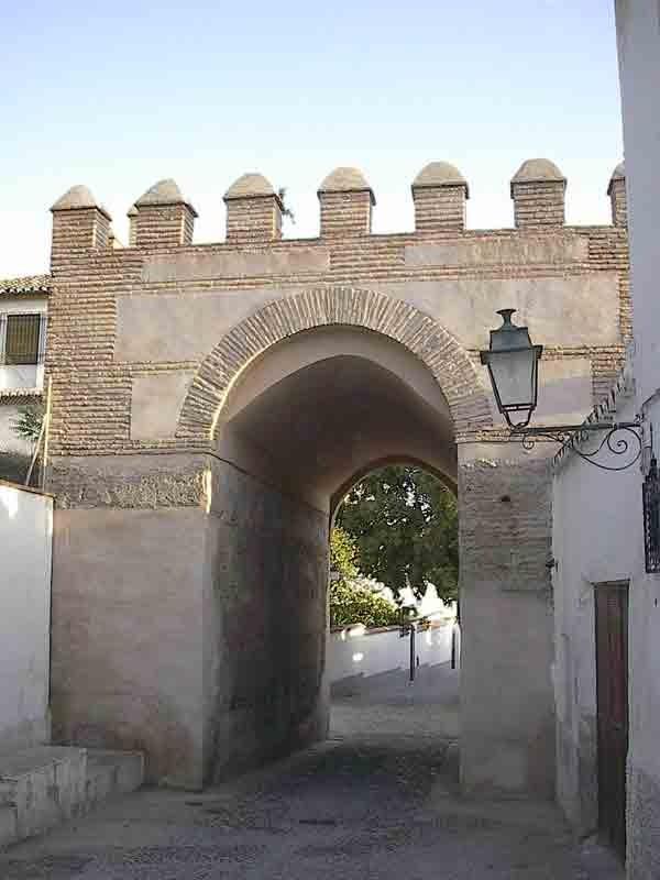 Muy cerca del Arco de Fajalauza en la muralla medieval