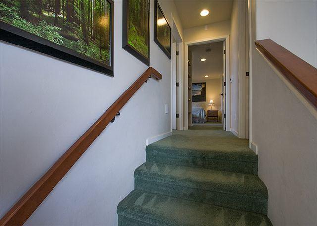 La 2da escalera corta conduce al Dormitorio # 2, # 3 y Master Suite.