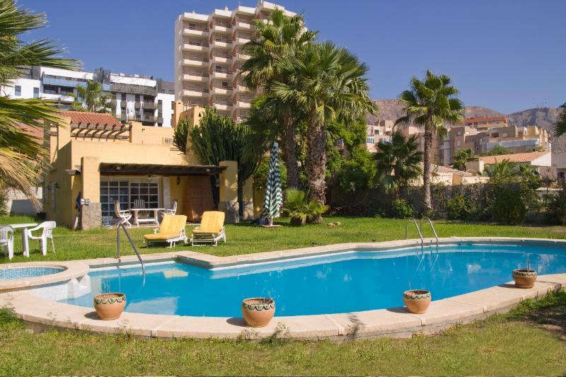 Jardin y piscina privados con chalet. A dos minutos andando de la playa de Aguadulce