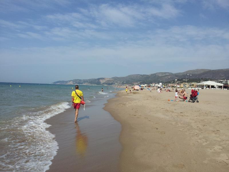 la hermosa playa de Castelldefels justo en frente