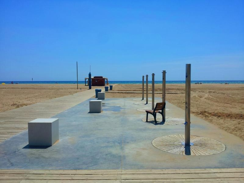 Showers and benches every few meter by the promenade