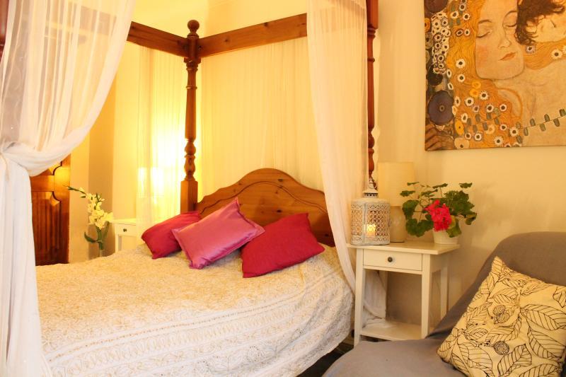Cartwheel Cottage. Master bedroom with single futon