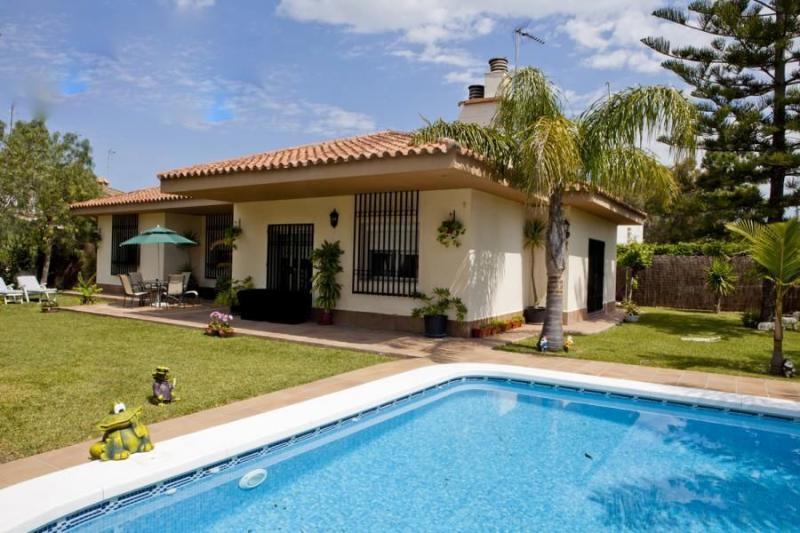 Magnífica villa de 5 dormitorios, holiday rental in Valdelagrana