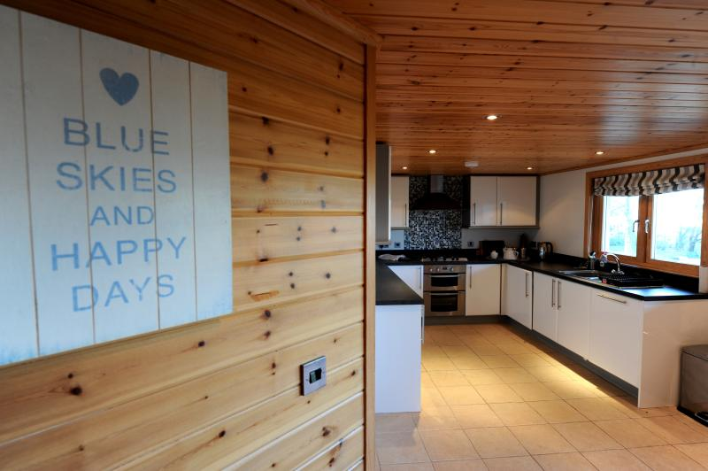 Peaceful Lodge, Woodland Location, Parking, holiday rental in Tenby