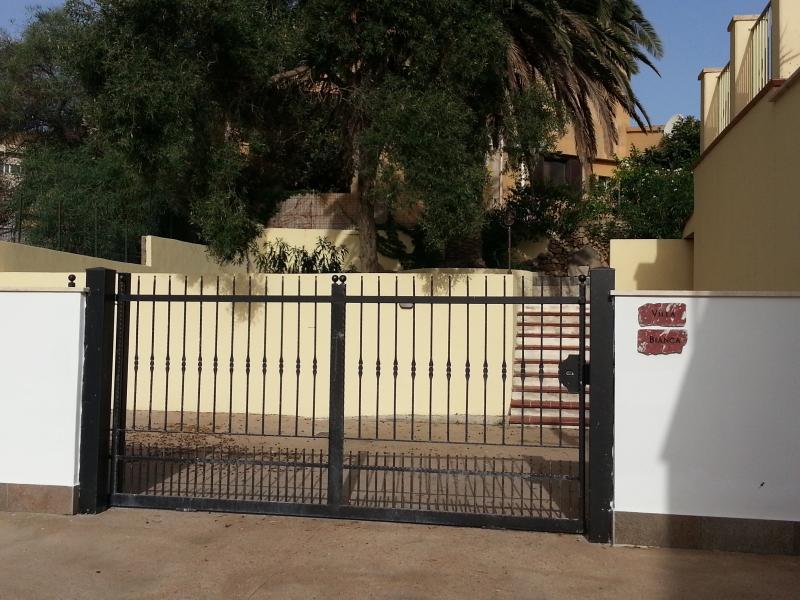 La entrada de la propiedad con jardín común uppest
