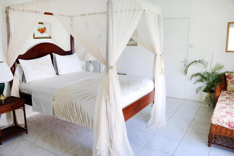 Uno de tres dormitorios con baños en suite...