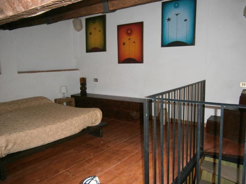Dormitorio con cama doble en el desván