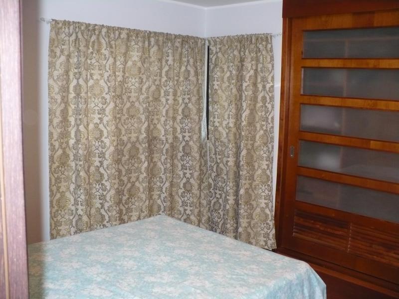 Dormitorio, ventana con cortinas pesadas