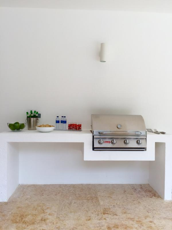 Built-in barbecue on the veranda with a counter to serve drinks