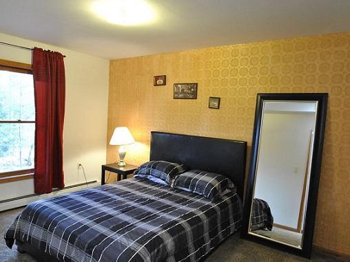 Bedroom 3 - Gold Room with Queen Mattress