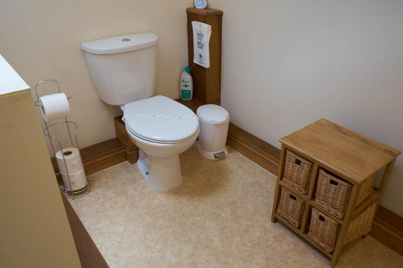 Großes Badezimmer mit WC, Waschbecken und Dusche