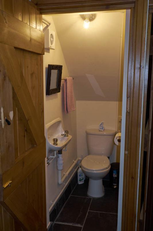 Unten WC mit Waschbecken