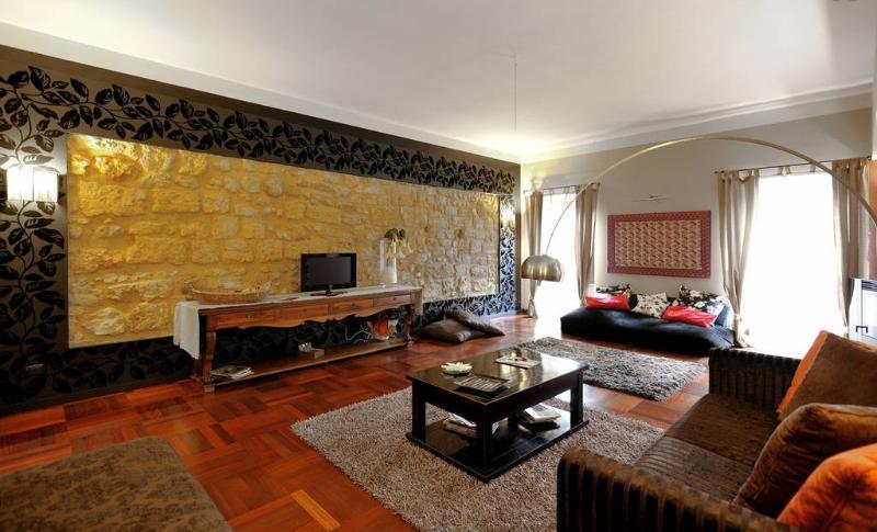 particolare salone con parete in tufo originale