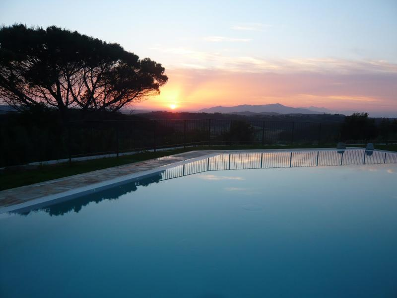 Sonnenuntergang über den pool
