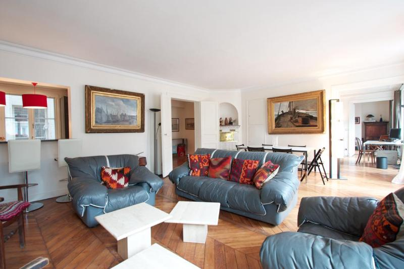 Marais District - Spacious 1200 sq ft Apartment, holiday rental in Pantin