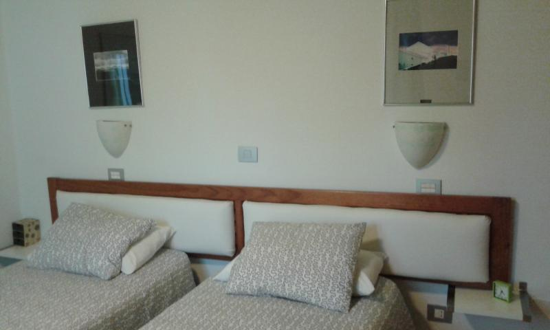 twin beds (attachable); confortable headboard; mattreses and pillows in Memory & Aloevera
