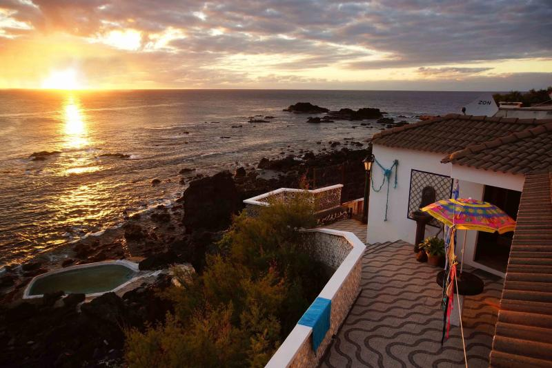 Stonehouse, oceanfront, shared natural pool, vacation rental in São Miguel
