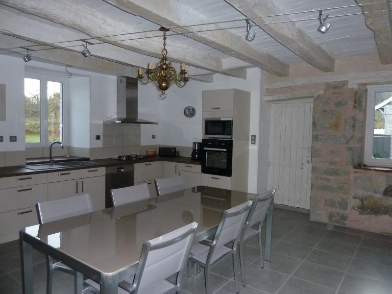 Chaleureuse Maison de Campagne Du Quercy Rénovée, location de vacances à Autoire