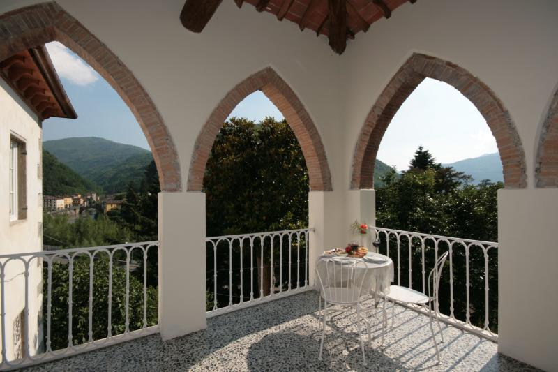 Villa with views,splash pool and easy walk to bars, holiday rental in Bagni di Lucca
