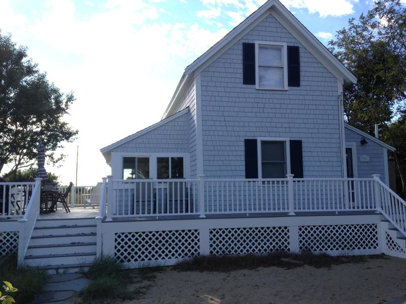 Views of Cape Cod Bay! Steps to Campground Beach! A/C, Heat,Wifi, Outdoor Shower, aluguéis de temporada em Eastham
