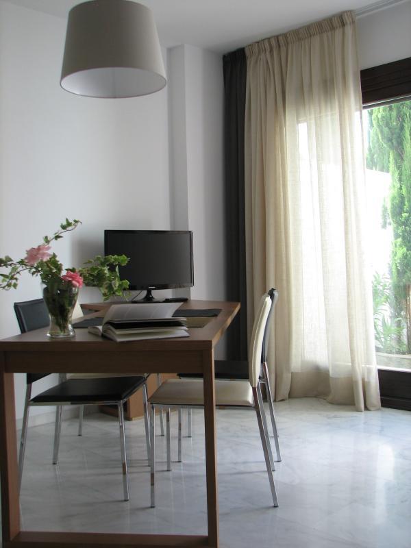 Studio au rez de chaussée : séjour avec accès au jardin