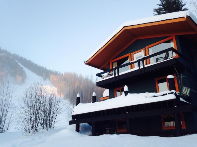 Ski In / Ski Out cabin / house from $200 Burfield, holiday rental in Pritchard