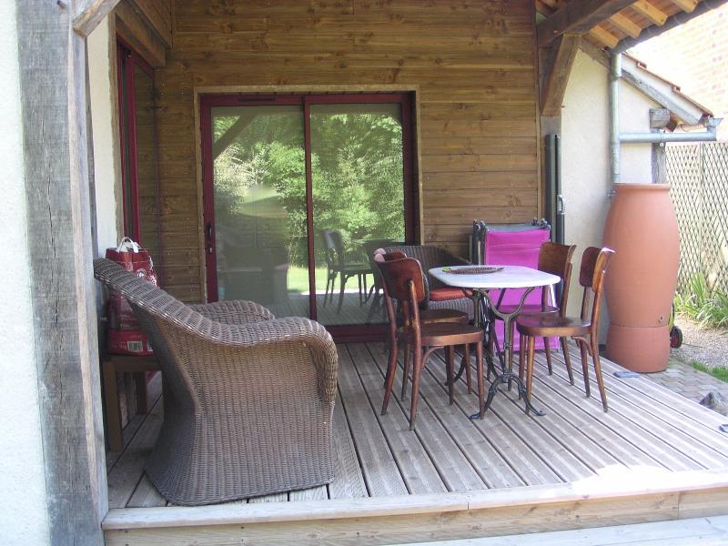 Terrasse couverte   donnant sur terrasse extérieure et jardin