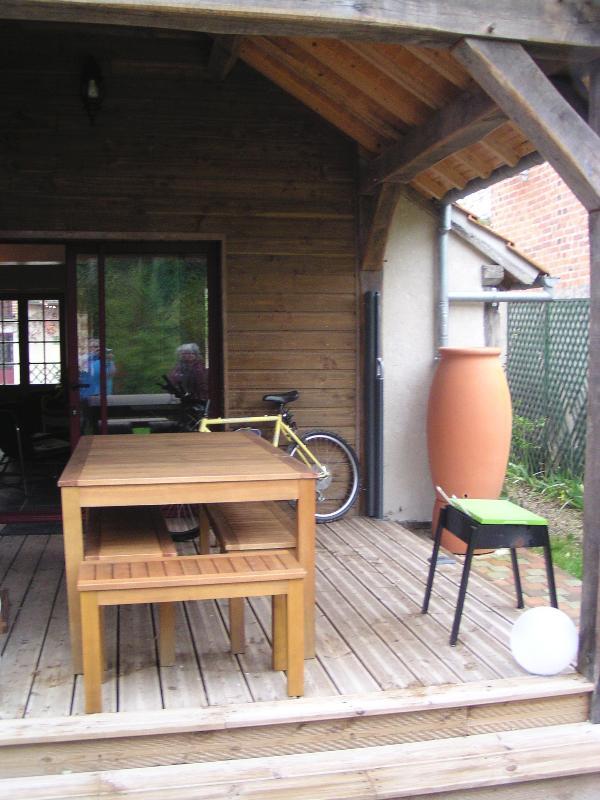 Terrasse couverte avec table et chaises