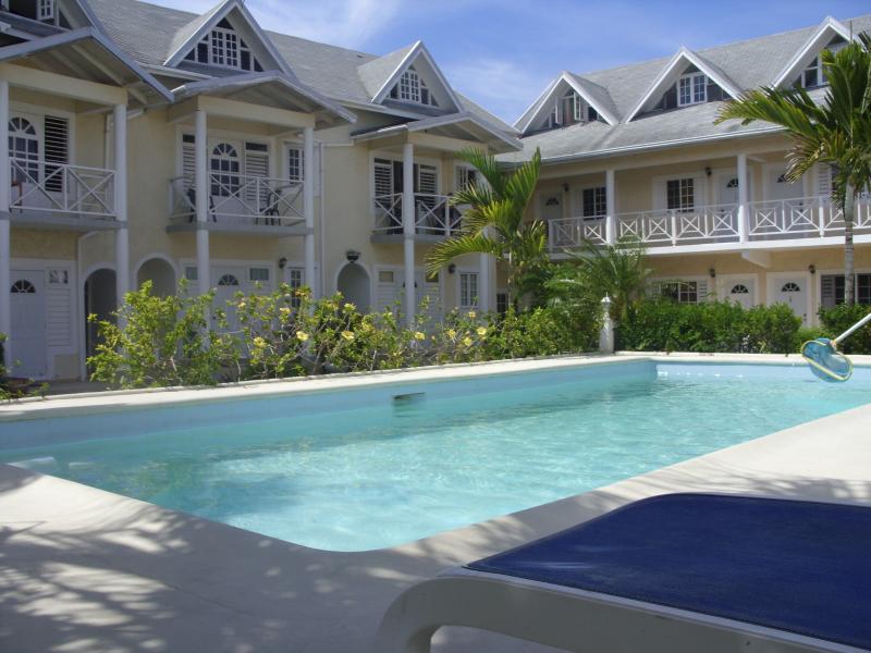 1er étage apt avec balcon donnant sur la piscine