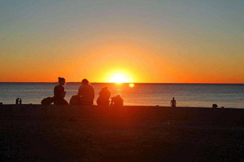 Geniet van een picknick op het strand bij zonsondergang-set