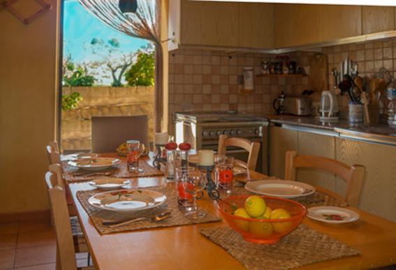 Cucina completamente attrezzata con fornelli, forno, frigorifero, microonde e posti a sedere per 8.