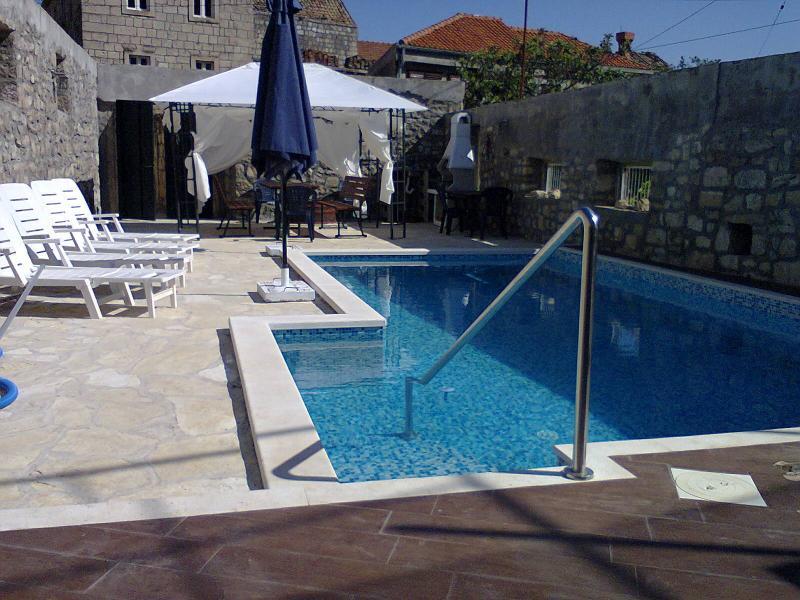 Sehr schön und Komfort privater Swimmingpool nur für Ihre party