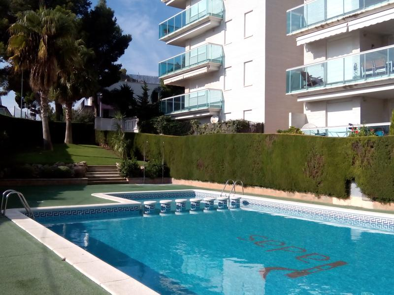 Apartamento Familiar en Cap Salou, con fantásticas vistas al mar y a la piscina, vacation rental in Salou
