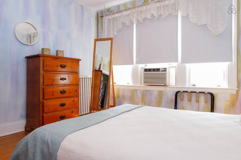 Mestre quarto com armário e espelho
