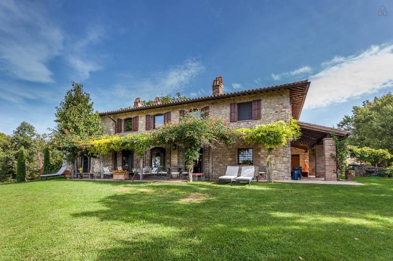VILLA MARTANA - LUXURY COUNTRY HOUSE near Todi, infinity pool, A/C, location de vacances à Todi