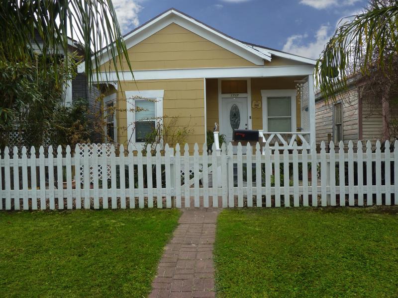 Voorkant van huis met nieuw gebouwde piket hek. Twee blokken van het strand!