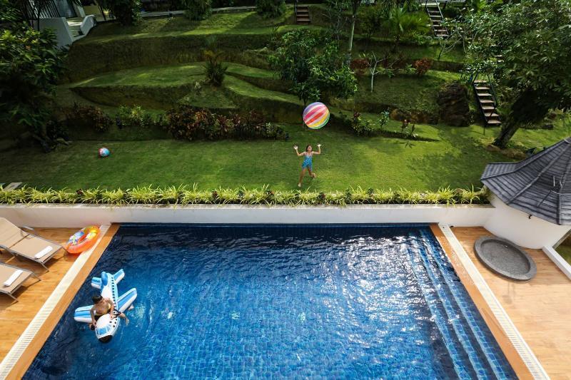 Vue sur la piscine et le jardin de l'étage supérieur
