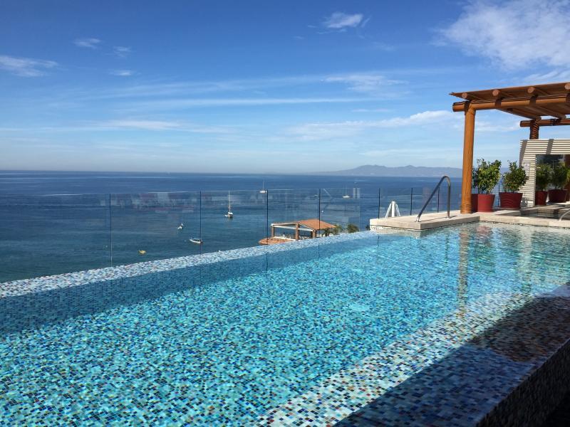 New condo in luxurious V177 romantic zone, location de vacances à Puerto Vallarta